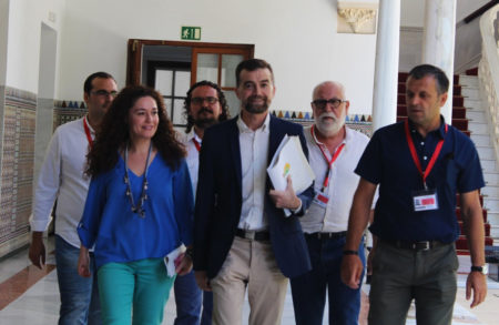 El alcalde de Bornos, Hugo Palomares (izq.), con otros representantes de IU, en el Parlamento andaluz.