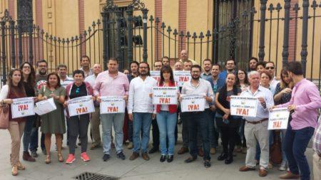 Concentración de los alcaldes de Alcalá del Valle, Bornos y Espera y otros miembros de IU, en Sevilla.