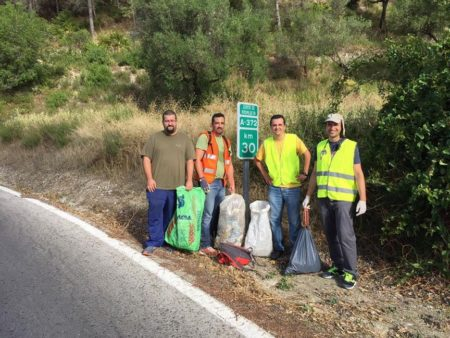 Miembros del colectivo, durante la labor de limpieza de cunetas.
