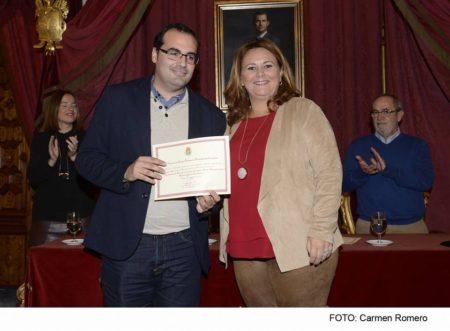 El alcalde de Bornos, Hugo Palomares, recibe el galardón de manos de la diputada provincial Elena Amaya.