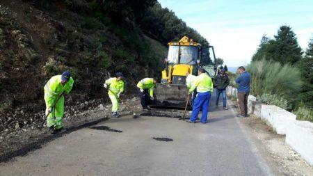 Operarios, durante los trabajos de retirada de rocas.