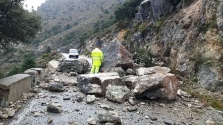 Rocas caídas en la carretera de Grazalema a Zahara de la Sierra.