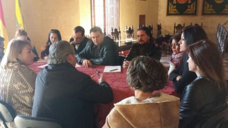 Los alcaldes de Bornos y Espera y el coordinador provincial de IU, con miembros del comité de Pascual.