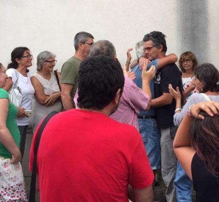 Juan Clavero, abrazado y aplaudido a la salida del Juzgado.