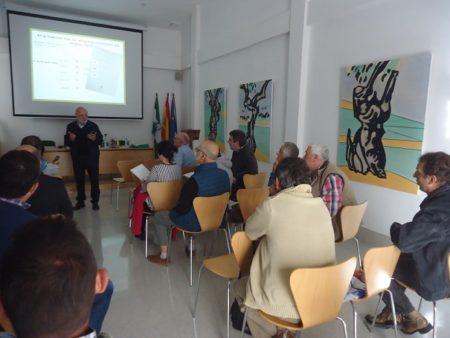 En la sala de conferencias se exhibió una selección de cuadros de Agüera sobre el olivo.