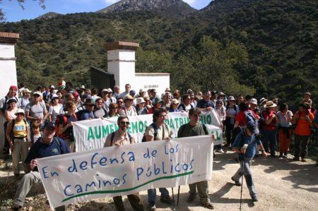 Marcha por la apertura del camino Benamahoma-Zahara celebrada el 12 de marzo de 2006.
