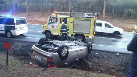 El coche accidentado y los bomberos.