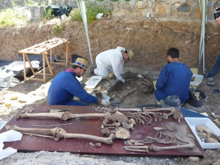 Jesús Román, Juan Manuel Guijo y Antonio Domínguez, en una de las fosas de Benamahoma.