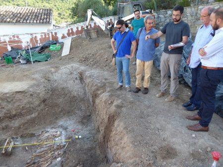 El arqueólogo Jesús Román Román explica el proceso de intervención en una fosa de Benamahoma.