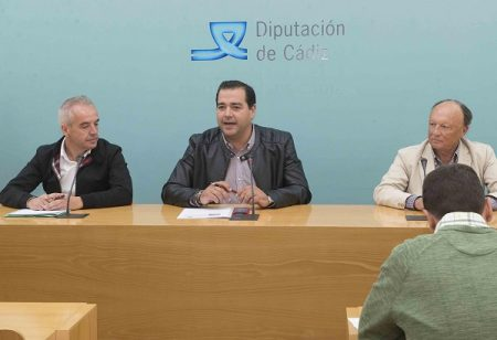 El vicepresidente de la Fundación Provincial de Cultura de Diputación, Salvador Puerto; el alcalde de Villaluenga del Rosario, Alfonso Carlos Moscoso; y el director de UNED-Cádiz, Manuel Barea.