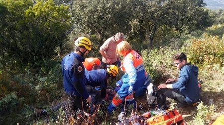 Bomberos del grupo de montaña de Ubrique intervienen en el rescate del cadáver de un parapentista en El Bosque