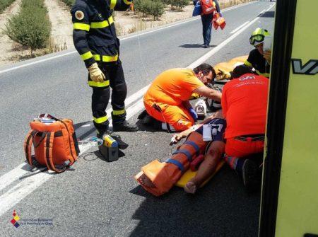 Los servicios sanitarios atienden a una de las personas heridas.