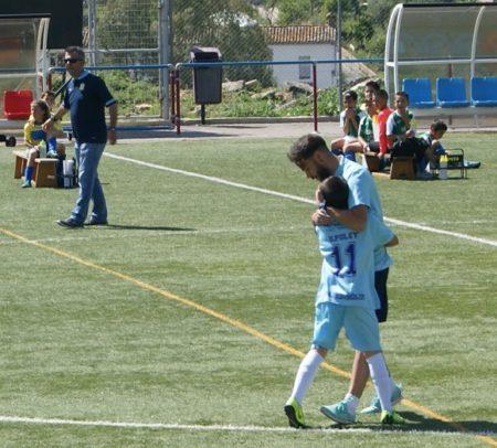 El técnico Manu dirige uno de los partidos de su selección.