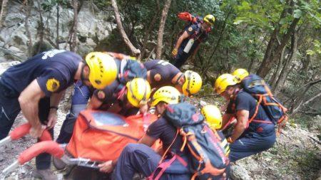 Traslado del cadáver por los bomberos.