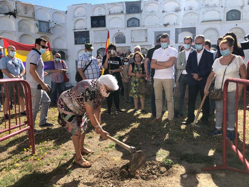 Ceremonia simbólica del inicio de la exhumación.