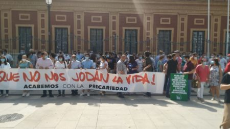 Concentración de cargos públicos de IU, ante el Parlamento de Andalucía.