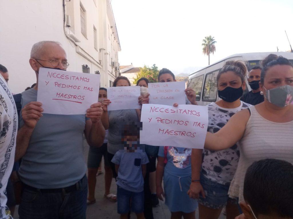 Protesta de madres y padres de alumnos en Algodonales.