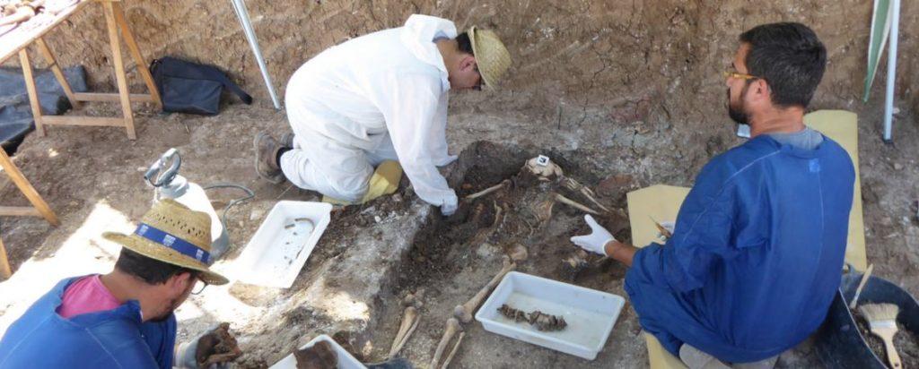 El arqueólogo Jesús Román y otros técnicos, en una exhumación (imagen de archivo).