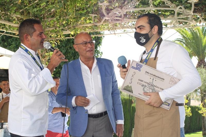 Antonio Orozco conversa con el ganador Fernando Naranjo.
