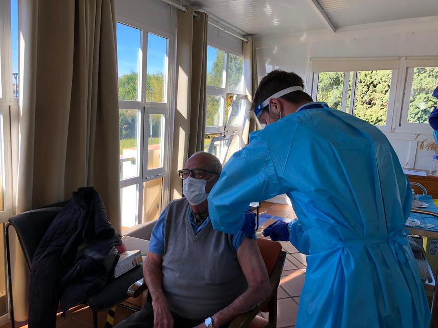 Primera persona vacunada contra el coronavirus en la Sierra de Cádiz.