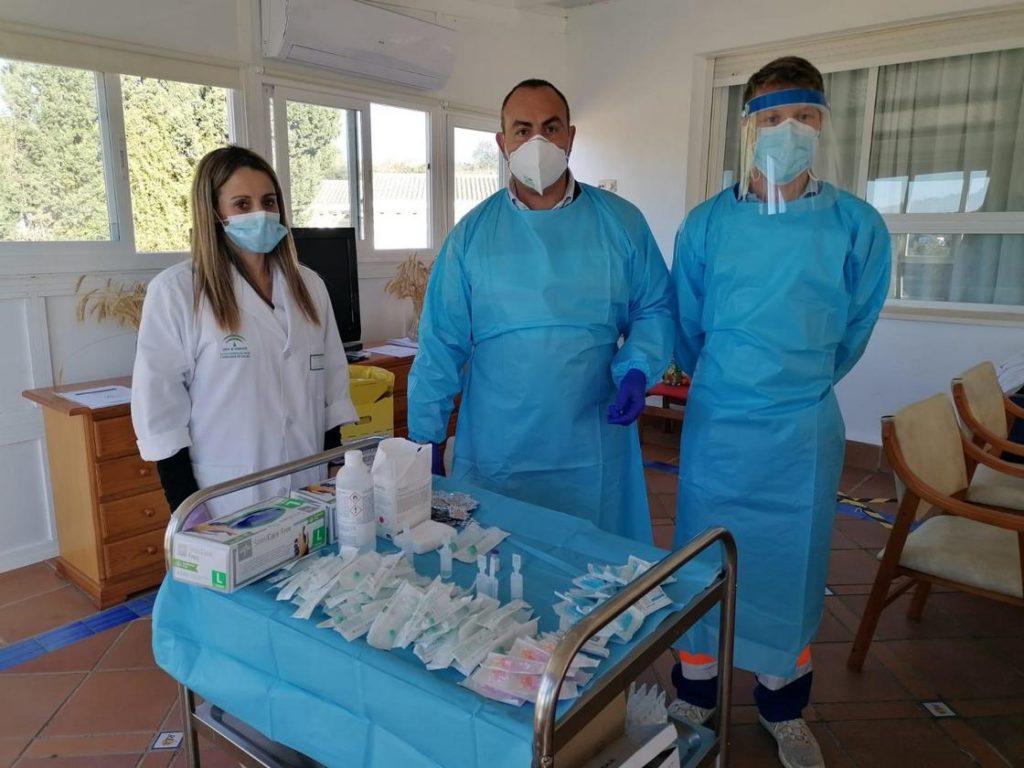 Personal sanitario para la vacunación de Antonio, residente de la residencia Lago.