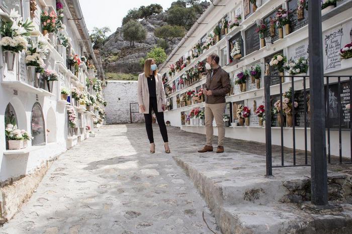 Ana Carrera y Carlos García, en el cementerio de Grazalema.