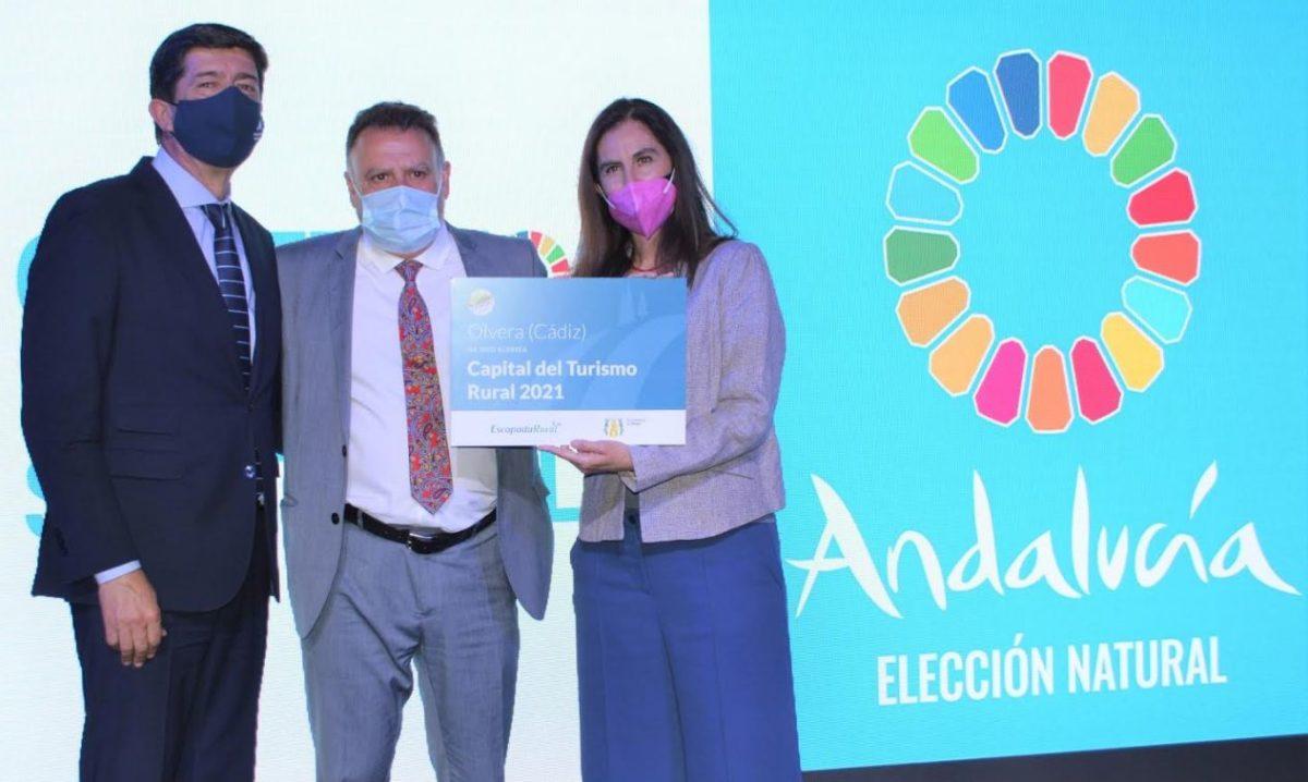 El alcalde de Olvera, Francisco Párrga, entre el consejero de Turismo, Juan Marín, y la directora de Marketing de Escapada Rural, Olivia Fontela,