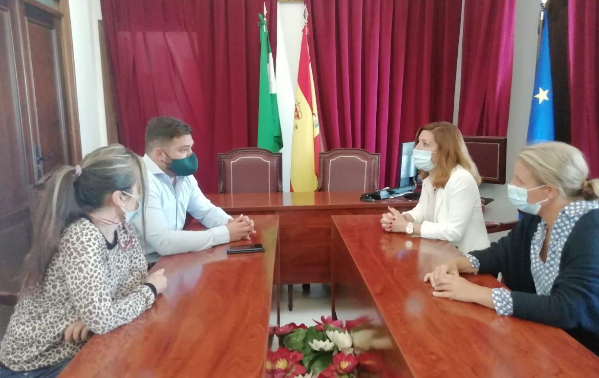El delegado territorial de Administración Local, Miguel Rodríguuez, con la alcaldesa de Benaocaz, Ana Belén García.