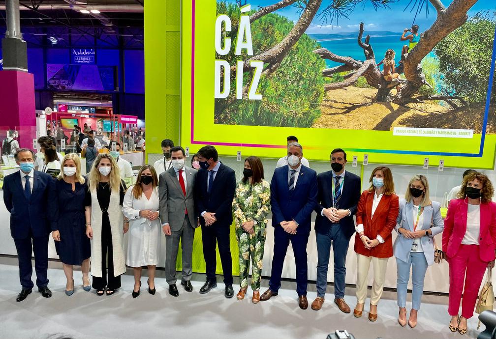 El presidente de la Junta de Andalucía, la presidenta de la Diputación de Cádiz y otros representantes políticos y del sector, en el stand de Cádiz.