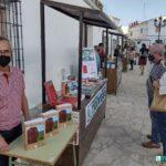 El <i>stand</i> de Editorial Tréveris en la Feria del Libro de Bornos, con el escritor Rafael Ramos, con el alcalde y con la concejala de Cultura