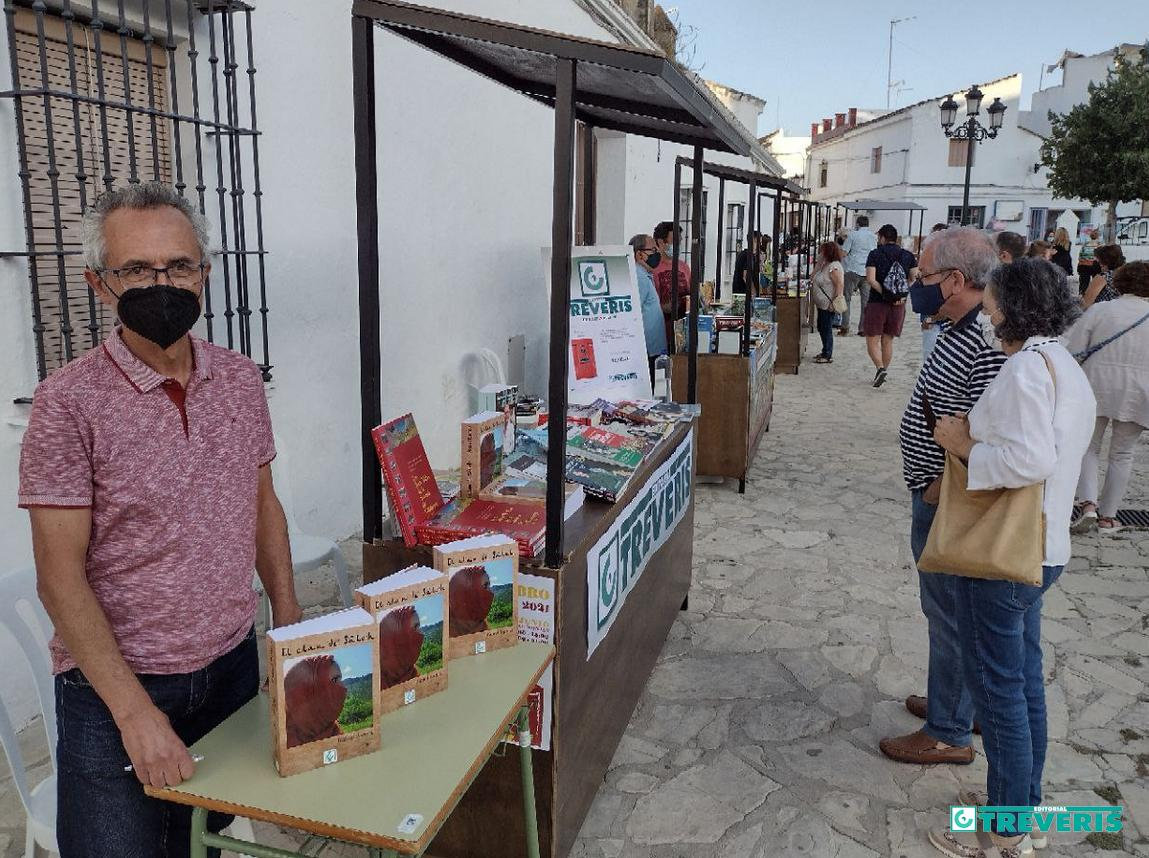 El escritor Rafael Ramos, en el stand de Editorial Tréveris en la Feria del Libro de Bornos.