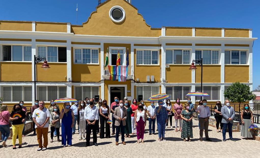 Participantes en el acto, ante la sede de la Mancomunidad de la Sierra, en Villamartín.