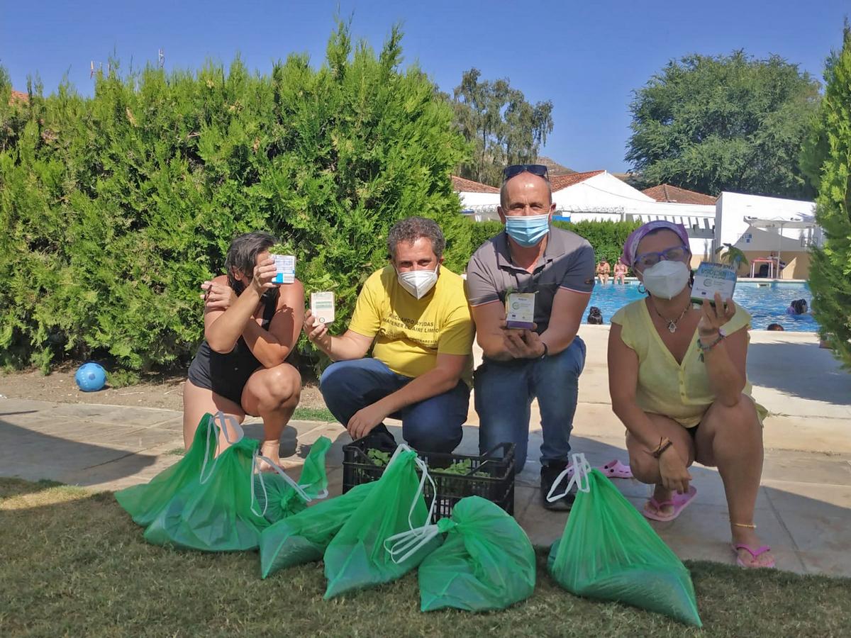 Entrega de maceteros con el compost reciclado por vecinos de Torre Alháquime