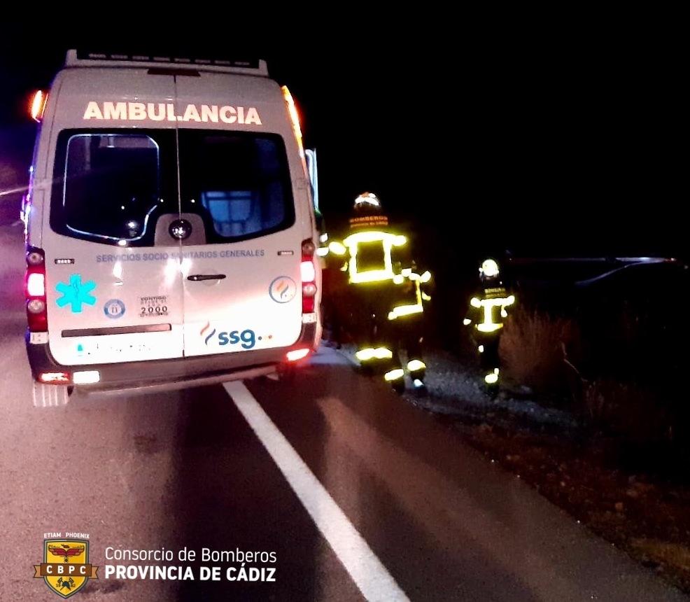 Servicios sanitarios y bomberos, en el lugar del accidente.