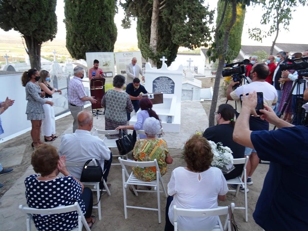 Inhumación de los restos de los fusilados (Foto: Jesús Román).