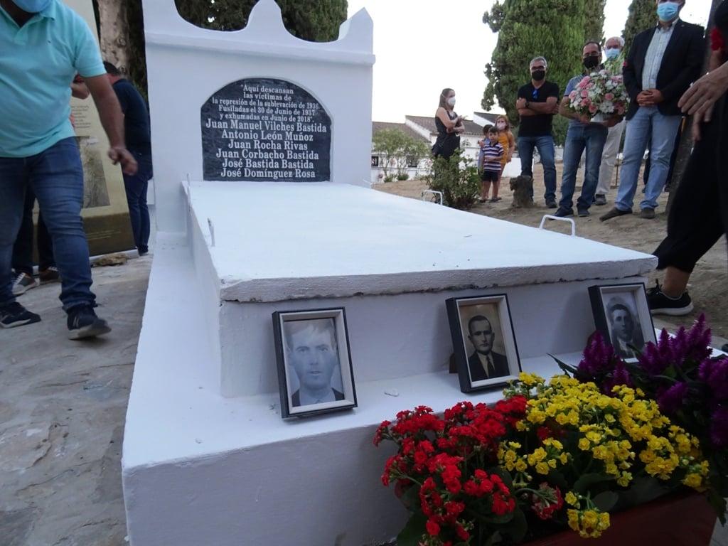 Tumba donde fueron enterrados dignamente los fusilados (Foto: Jesús Román).