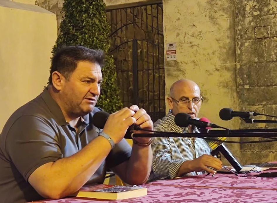El alcalde de Espera, Pedro Romero, y el autor del libro, Manuel Garrucho.